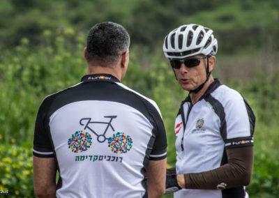 DSC_7760-כריכה אחורית חולצה רוכבים קדימה